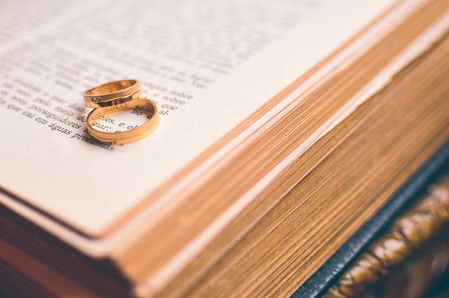 knih, snubní prsteny