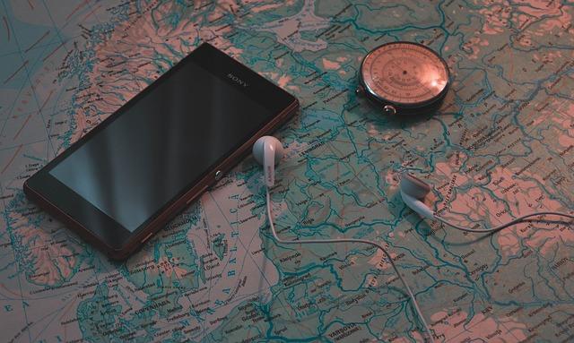 smartphone a kompas na mapě.jpg