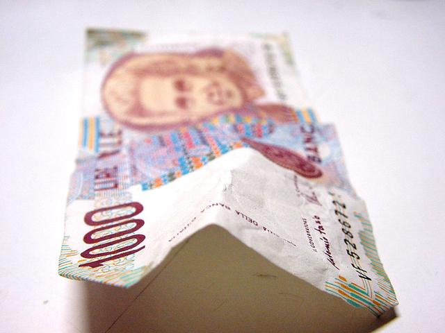 přeložená bankovka na bílém stole